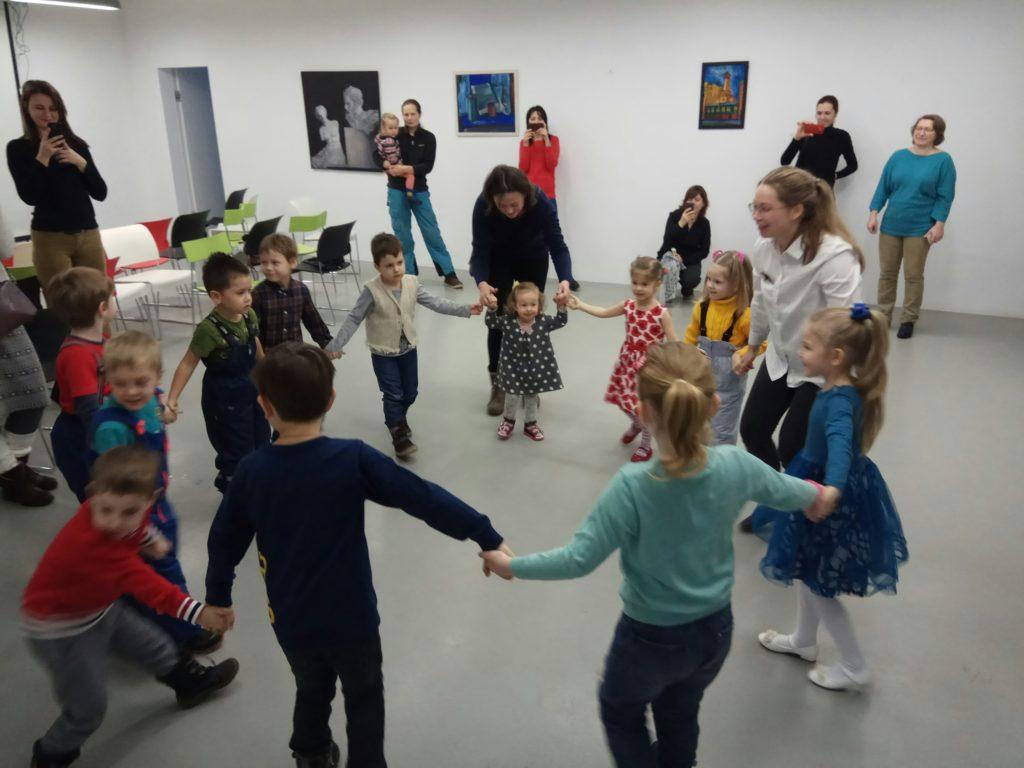 Дети двигаются под музыку в детском центре «Пеппи» в Москве.
