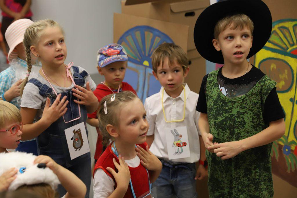 Изучение английского языка с помощью песенок, игры на сцене, чтения стихов в детском центре Пеппи. Дети не любят и не хотят зубрить слова, запоминать сложные конструкции, а веселиться и играть на сцене - да, хотят. Весь процесс обучения построен на игре. Курс английского рассчитан для детей 3-8 лет.