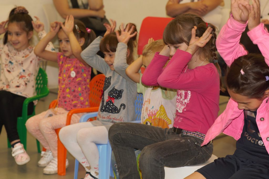 Дети весело играют на занятиях в центре творчества Пеппи.