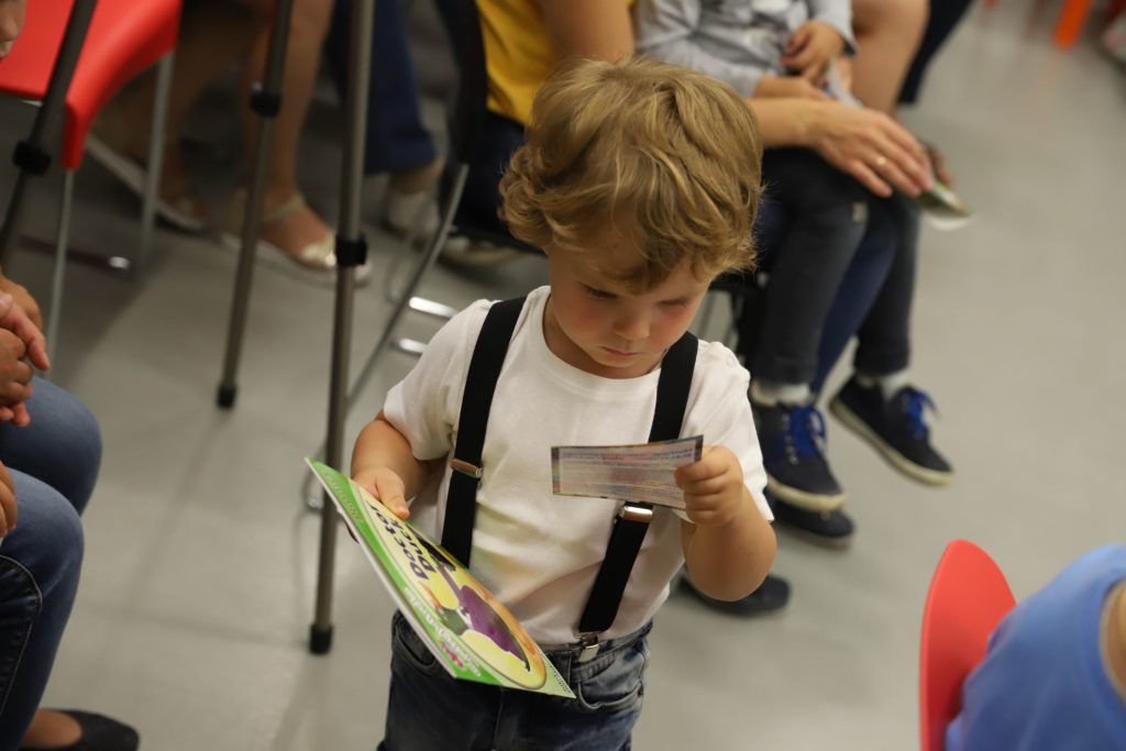 Вручение книг на конкурсе в детском центре Пеппи.