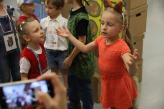 Детям нравится играть на сцене, перевоплощаться, читать стихи и петь песенки!